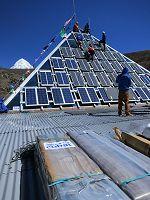 montaggio piramide a pannelli solari